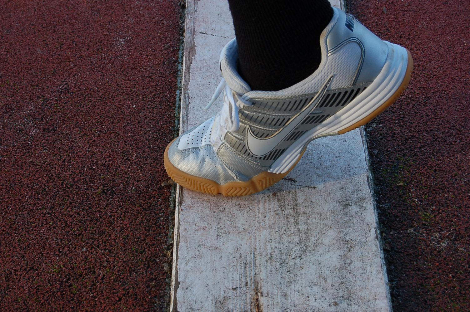 Au saut en longueur avec la planche d'appel, l'emplacement du pied d'appel est-il correct ?